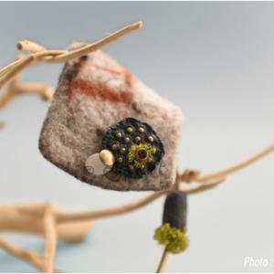 Collier organique en laine feutrée, laiton, matériaux naturels et minéraux par eliz'art