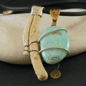 Pendentif vibratoire et énergétique par Elizart en amazonite, corail, laiton patiné et argent
