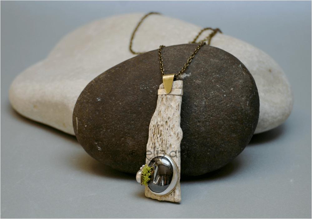 Pendentif en hématite, argent et matériaux naturels par Eliz-art
