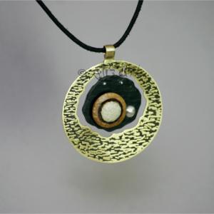 Pendentif bohème, ethnique chic, en laiton gravé, ardoise et argent 925 réalisé par Eliz'art