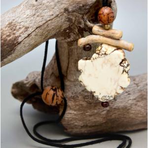 Pendentif ethnique et naturel en howlite, graines et bois par Eliz'art
